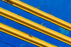 构造金属表面,被绘的蓝色,与对角黄线 库存图片