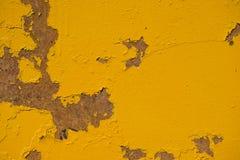 构造金属表面,被绘的黄色,当地剥皮与踪影 免版税库存图片