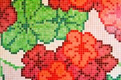 构造陶瓷马赛克明亮,红色,桃红色,多彩多姿的花和绿色三叶草,手工制造整洁的方形的形状 免版税库存照片