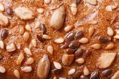 构造面包嘎吱咬嚼的外壳与向日葵种子和nuts�的 库存图片