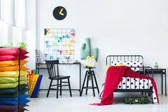 枕头在明亮的儿童` s室 免版税库存照片