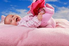 枕头的女婴 库存图片