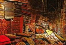 枕头、袋子和地毯在大堆 库存图片