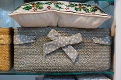 枕头绣与绿色螺纹和洗衣篮 库存图片