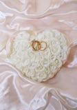 枕头环形玫瑰色缎 免版税库存图片