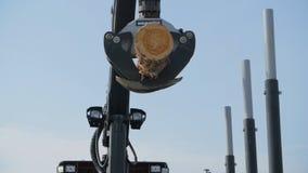 林业机载在站点着陆的一辆日志卡车 下来森林机器日志 免版税库存图片