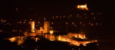 贝林佐纳城堡在晚上 免版税库存照片