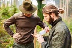 林务员和实习生控制树皮甲虫陷井 免版税图库摄影