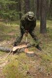林务员在森林里工作 免版税库存照片