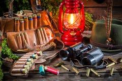 林务员小屋用狩猎设备 免版税库存图片