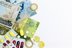 巴林在左边安排的货币和医学接近 免版税库存图片