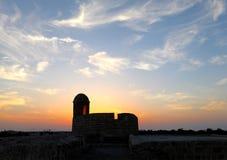 巴林堡垒手表塔和剧烈的天空 库存图片