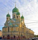 林姆斯基科萨科夫大道的Isidorovskaya教会在春天  免版税图库摄影