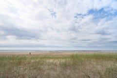 林德伯格海滩在一多云天在法国,诺曼底 图库摄影