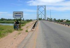 林波波河,莫桑比克- 2008年12月11日:两名未知的妇女立场 免版税库存照片