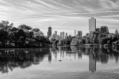 从林肯公园的芝加哥地平线 图库摄影