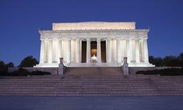 林肯纪念堂照亮了在晚上华盛顿特区 库存照片