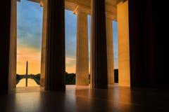 从林肯纪念堂的华盛顿纪念碑在日出在华盛顿特区, 免版税图库摄影