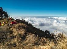 林贾尼火山,龙目岛,印度尼西亚火山口外缘的露营地  免版税库存照片