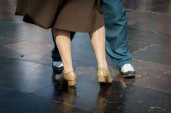林迪舞单脚跳跳舞夫妇 库存照片