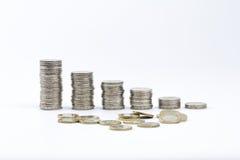 2枚欧洲硬币堆积了并且驱散了一些1欧元 库存图片
