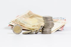 2枚欧洲硬币被堆积的和欧洲钞票 免版税库存图片