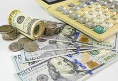 100枚美元钞票和金钱硬币 使用keyboar的计算机 免版税图库摄影