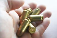 45枚自动子弹在手中关闭优质 免版税库存照片