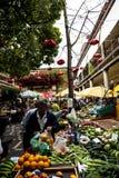 水果、菜和花在市场上,梅尔卡多dos Lavradores或工作者的市场 库存图片