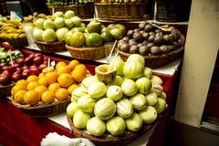 水果、菜和花在市场上,梅尔卡多dos Lavradores或工作者的市场 免版税库存照片