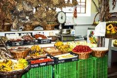 水果、菜和花在市场上,梅尔卡多dos Lavradores或工作者的市场 库存照片