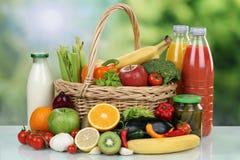 水果、蔬菜和饮料在手提篮 图库摄影