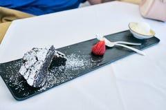 果仁巧克力蛋糕点心,看法从上面 免版税库存图片