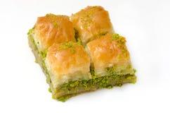 果仁蜜酥饼用在白色背景的开心果 免版税图库摄影