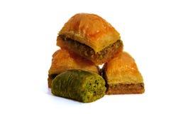 果仁蜜酥饼用开心果、核桃和蜂蜜在白色背景 免版税库存图片