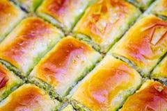 果仁蜜酥饼背景 犹太,土耳其,阿拉伯传统全国点心 宏指令 选择聚焦 东方甜点,东部甜点 免版税图库摄影