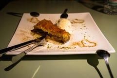 果仁蜜酥饼,传统甜点心酥皮点心充满切好的胡说和变甜与糖浆服务与装饰的冰淇凌 免版税库存照片