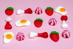 果冻甜点的选择在桃红色背景的 免版税库存照片