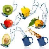 水果和蔬菜与水飞溅 免版税库存图片