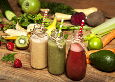 水果和蔬菜圆滑的人的分类在玻璃瓶的有秸杆的 图库摄影