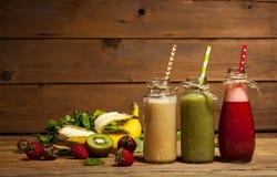 水果和蔬菜圆滑的人的分类在玻璃瓶的有秸杆的 免版税库存图片