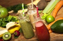 水果和蔬菜圆滑的人的分类在玻璃瓶的有秸杆的 免版税库存照片