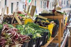 水果和蔬菜在一条威尼斯式小船失去作用 免版税图库摄影