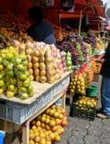 水果和蔬菜在南美市场上 免版税库存图片