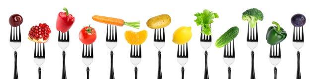 水果和蔬菜在叉子 免版税库存照片