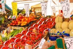 水果和蔬菜在威尼斯上,意大利市场  免版税图库摄影