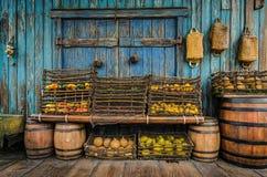 水果和蔬菜在木桶 免版税库存照片