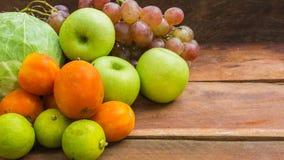 水果和蔬菜在木背景 免版税库存照片