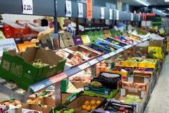 水果和蔬菜在架子在超级市场 免版税库存图片