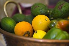 水果和蔬菜在碗 免版税库存照片